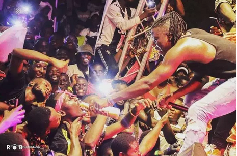 "Stonebwoy ""Blasted"" For Sharing Kpoo Keke On Stage During Performance"